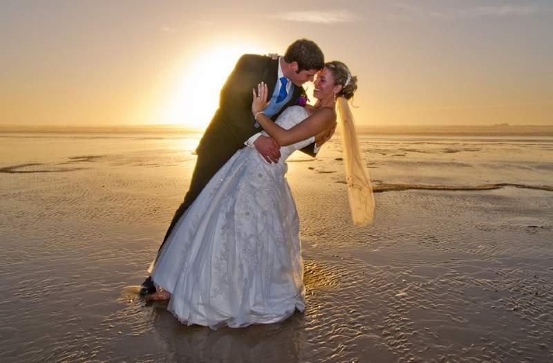 matrimonio sposi che si baciano
